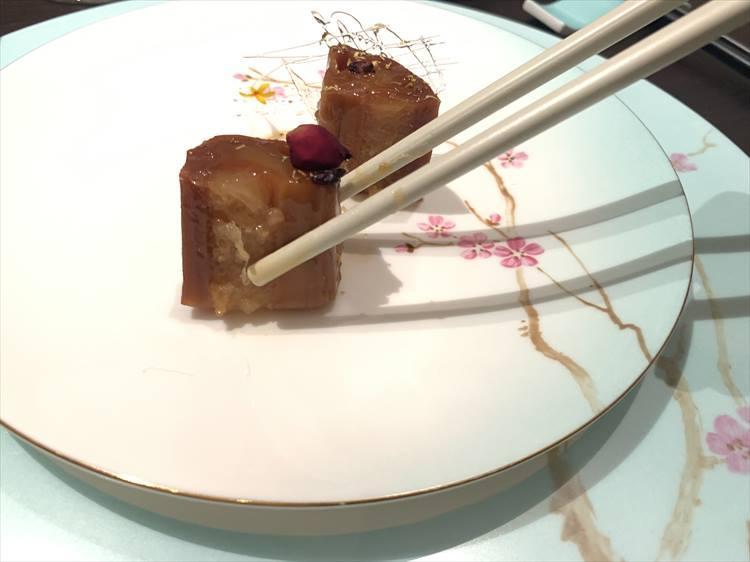 蓮根に黒米を詰めたものにキンモクセイの花のシロップ漬けで濃密な甘さ