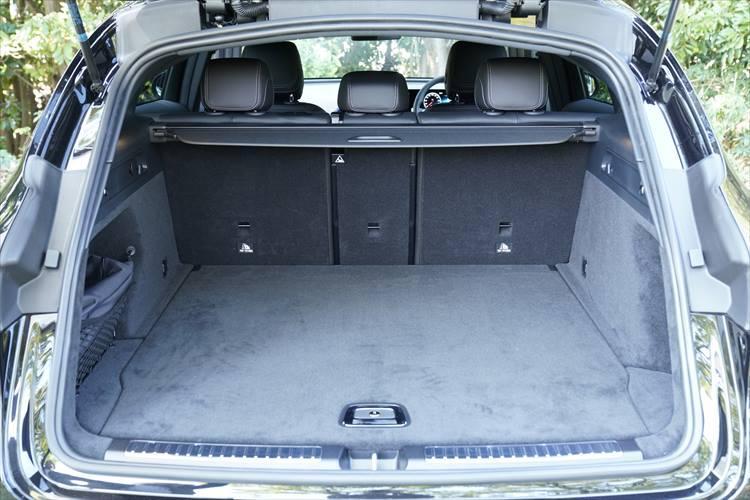 荷室の容量は5名乗車時で500L。フロアもフラットで使いやすさは通常のSUVとまったく同じ。