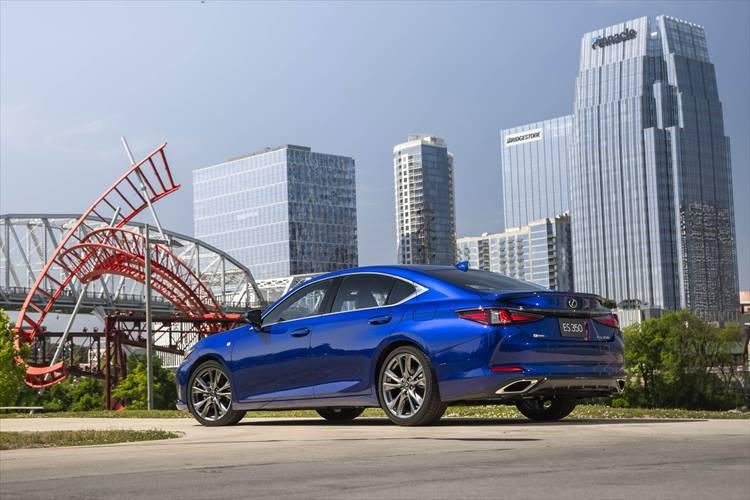 ES300hのボディサイズはバージョンLで、全長4975×全幅1865×全高1445mm。ゆとりある車内スペースも確保され、4ドアセダンとして高い完成度を誇っている。