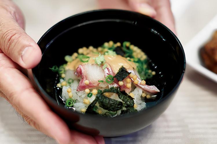 朝食バイキングの人気メニュー、真鯛潮茶漬。鹿児島産の真鯛の切り身をのせ、真鯛の出汁をかけて。