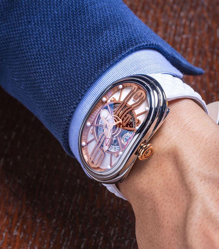 <b>グリモルディ<br>GTO</b><br>「イタリア人時計師のブランド。新作は名車『フェラーリ250 GTO』をイメージした流線型のオーバルケースを採用しています。12&6の数字をデフォルメした立体インデックス、3ハンドの特殊な秒針のほか、ホワイトカーフのストラップのつくりも非常にユニークです」