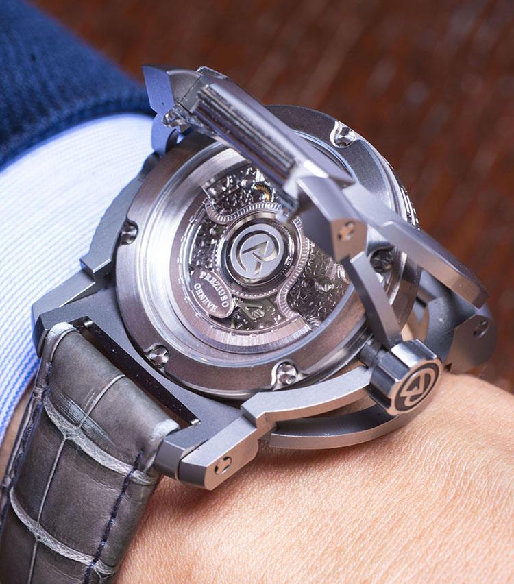 <b>アントワーヌ・プレジウソ<br>B?SIDE</b><br>「16000時間かけてテストが繰り返されたリバーシブルケースは、時計を着けたままスムーズに反転操作が行えます。ムーブメントのブリッジに施された美しい彫金装飾は圧巻」