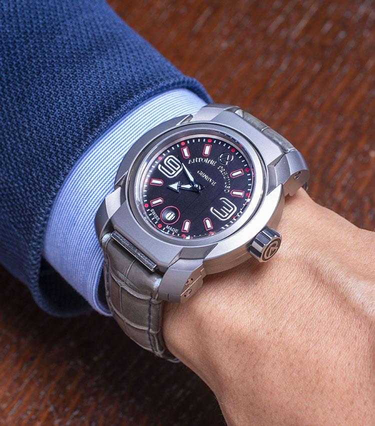 <b>アントワーヌ・プレジウソ<br>B?SIDE</b><br>「時間を忘れてムーブメント(B?SIDE:裏面)を鑑賞してほしいという時計師アントワーヌ・プレジウソ氏の強い思いから、特殊な反転機構のリバーシブルケースを採用しています。高級時計でありながら、このギミックがなんとも楽しいですね」