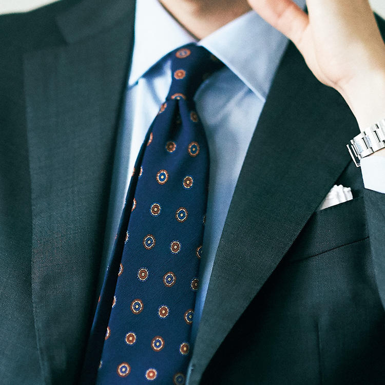 いつもの紺スーツで、初対面を賢く見せるコツ【1分で出来るスーツのお洒落】