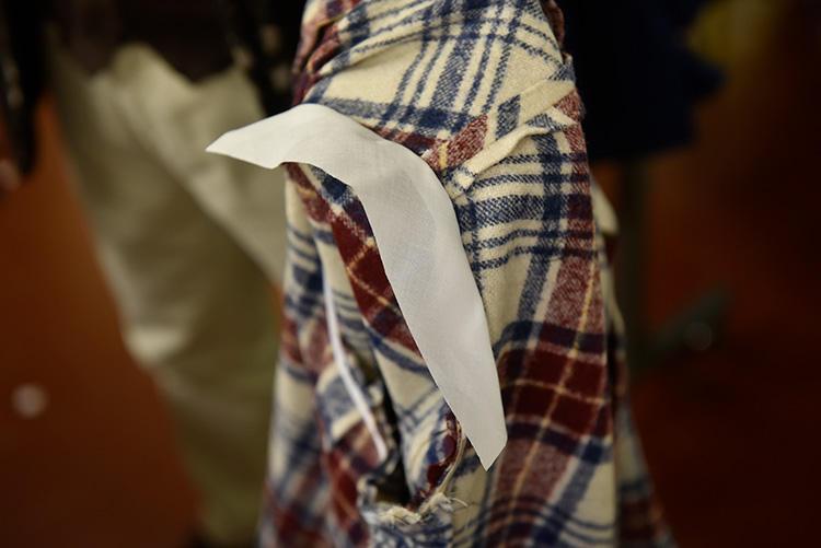 着心地の軽さを出すために、肩回りにはパッドをいれず、極薄の布で補整。