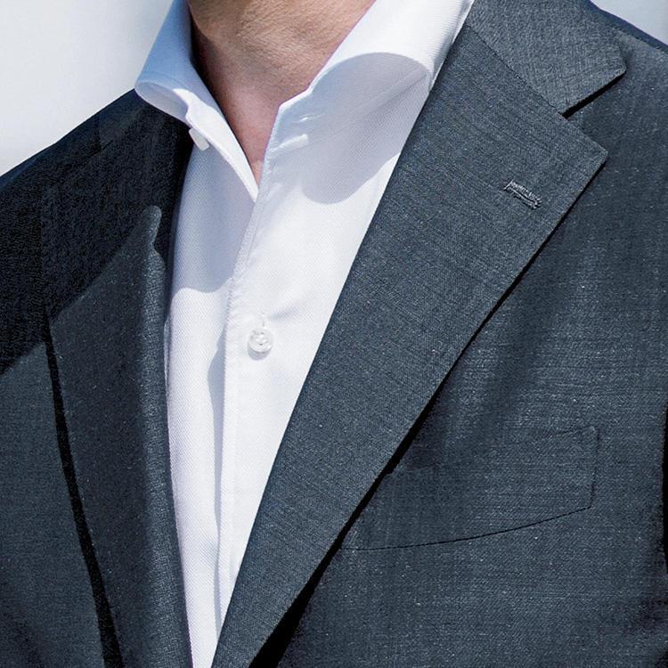 <strong>1.襟が立体的なシャツを選ぼう</strong><br />第1ボタンを開けたときに、襟が美しく広がるこんな白シャツなら、ノータイでも折り目正しい人に見える。白いシャツは純白であることもポイント。皮脂汚れが目立つ前に潔く買い換えよう。