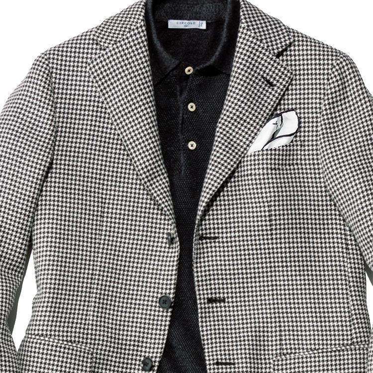 <strong>1位<br />ダサくならない!「ジャケット×ポロシャツ」合わせのコツ</strong><br />休日ジャケット、中にポロシャツを着たいけれど、おじさんくさくならないようにしたい。そんなときは「モノトーン」で全体を引き締めることを考えてみよう。写真のような細かな千鳥柄のジャケットに、黒のポロシャツをINしてみる。ボタンは一番上まで留めるときちんと上品なイメージに。チーフも、白地に黒トリミングのものを選ぶとさらに統一感が出る。黒×白ですっきり大人っぽくまとまった好例だ。<small>(2019年6月号掲載)</small>