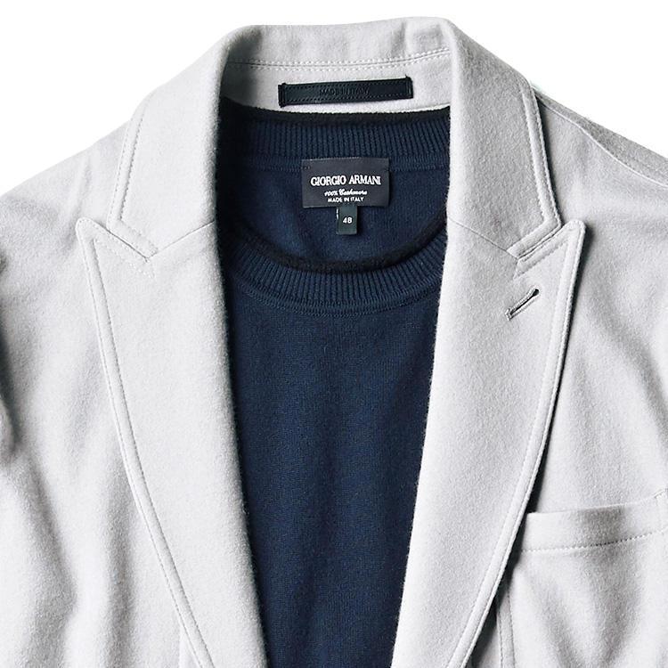 <strong>1位<br />休日ジャケットをラグジュアリーに見せるには?</strong><br />休日ジャケットをノータイで着るとき、インナーをニットのみでラグジュアリーに見せるには? 決め手は、ジャケットの素材選びにある。しっとりと柔らかなカシミヤで、色もオフホワイトやベージュなどの淡いトーンのものを羽織れば、ニット1枚でもかなりのクラス感が演出できる。この場合のニットはハイゲージの濃色クルーネックで引き締めよう。<small>(2019年10月号掲載)</small>