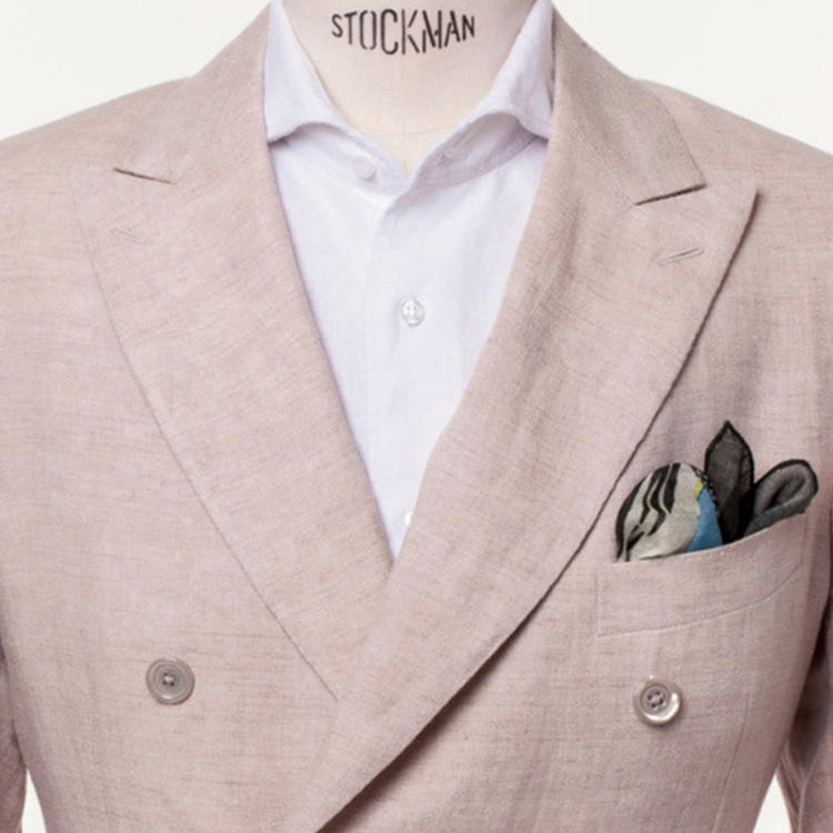 <strong>2.夏素材を取り入れるのも手</strong><br />素材で季節を意識すると、快適な上にお洒落に気を遣っている人に見える。ここではシャツ・ジャケット共にリネンを選択。ざっくりした風合いのおかげで、ジャケットを羽織っていても暑苦しく見えることはない。
