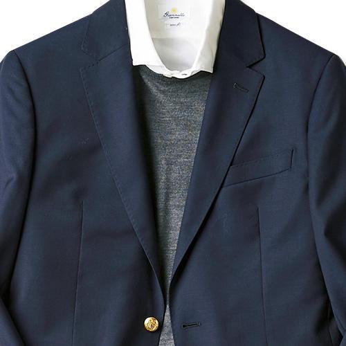 <strong>2位<br />紺ブレ×ノータイで白シャツ、間延びしないコツは?</strong><br />紺ブレに白シャツというベーシックなアイテム。仕事のときはここにネクタイでタイドアップすればきっちり感が出るが、休日にノータイで着るときは、なんだか間延びしそうな気も......。そんなときは、間にクルーネックのニットを1枚挟んでみよう。ネクタイをしていなくても首回りの開きが少なくなり、きちんとした印象になる。<small>(2019年10月号掲載)</small>