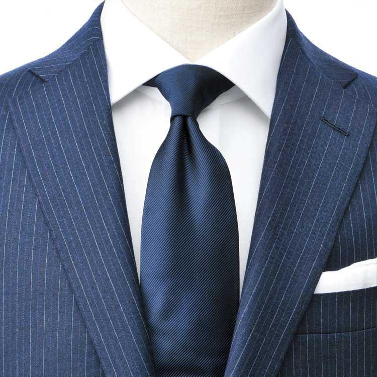 <strong>3.紺ストライプスーツ</strong><br />紺ストライプスーツも紺×白でまとめるのが王道。柄は多用すると難易度が高くなり、女性の採点も厳しくなりがち。シンプルに徹したほうが、彼女たちの目にはお洒落に映る。