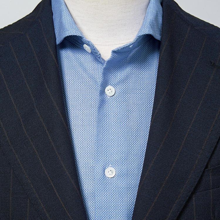 <strong>3.サックスブルーも鉄板</strong><br />海や空を連想させるサックスブルーのシャツは、爽やかなイメージに直結。寒色だけに涼しげに見える効果もある。ジャケットも同系色でまとめれば一層爽やかだ。