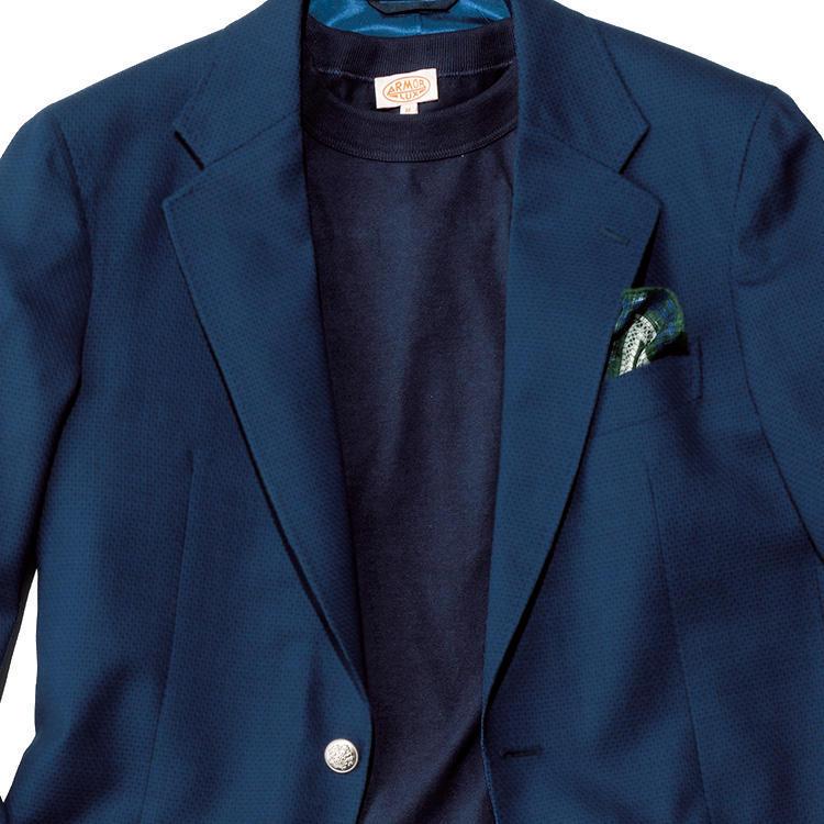 <strong>3位<br />休日の紺ブレ、ラフでありながら大人っぽく見せるには?</strong><br />普段仕事で着ている紺ブレを、休日にも活用したい。普通に白Tシャツなどを合わせても爽やかに決まるが、もう少し大人っぽくクールに見せるにはどうしたらよいか? たとえば、写真のようにネイビーのTシャツで同系トーン合わせにすると、ちょっとモードな雰囲気も出てシンプルかつ大人っぽくまとまる。<small>(2019年6月号掲載)</small>