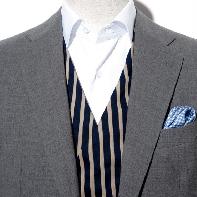 <strong>4.ベストはクールビズのお助けアイテム</strong><br />例えジャケットを脱いだとしても、ベストを着ていればシャツイチ以上にきちんと見える。ベストは胸板に厚みを出して、威厳や風格を高める効果もあるため、痩せ型の方にも便利なアイテムだ。