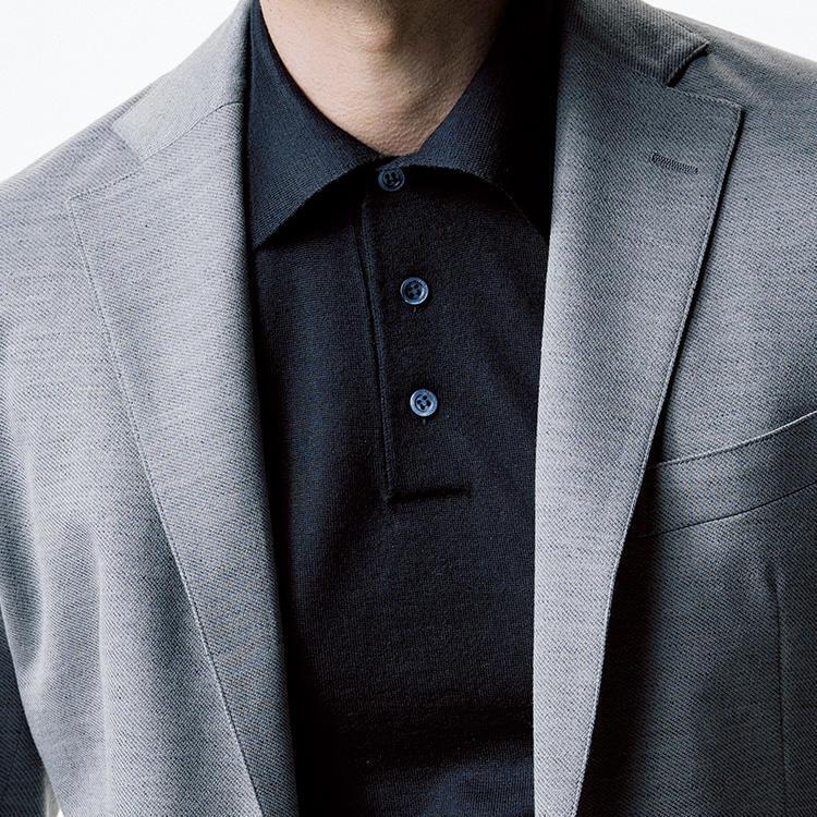 <strong>5.ポロシャツはハイゲージ一択</strong><br />仕事で着るポロシャツは、目の詰まったハイゲージのニットポロならカジュアルすぎず、品格を維持できる。色は黒や紺なら誰の目にも上品に映り、肌が見苦しく透けることもない。