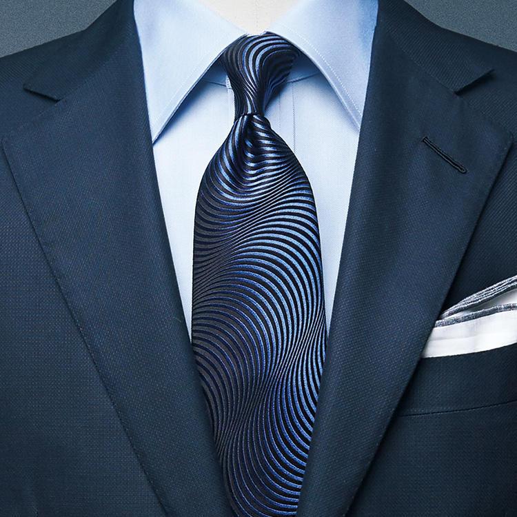 <strong>5位<br />いつもの紺スーツで、より高級感を出すには?</strong><br />いつもの紺スーツでありながら、シャツやネクタイの合わせで少し高級感を出すにはどうしたらよいか? シャツはシンプルにサックス無地でまとめ、ネクタイをネイビーの織り柄にしてみよう。ストイックな紺〜ブルー系のグラデーションでありながら、ネクタイの柄が胸元に奥行きと艶気をもたらし、格ある雰囲気を醸し出すことができる。<small>(2019年4月号掲載)</small>