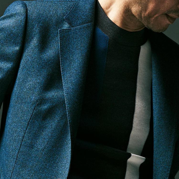 <strong>5位<br />休日ジャケットをシックに見せるには?</strong><br />休日にジャケットを着るとき、リラックス感がありながらシックに見せるにはどんなアイテムを合わせるのがよいか? まずジャケットは、濃いめのソリッドカラーよりも、明るめでメランジ調のものを選ぶと休日らしく柔らかなリラックス感が出る。インナーはシャツだと少し堅さが残るので、ハイゲージのクルーネックニットを合わせてみよう。黒やネイビーを基調にしたダークトーンの色合いだと、秋口にも似合うシックな胸元が完成する。<small>(2019年9月号掲載)</small>