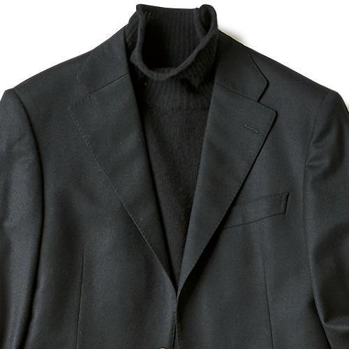 <strong>6位<br />シックに見えるブレザーの着こなしは?</strong><br />休日にブレザーを着用......というとき、この秋ベーシックな紺に並んでおすすめしたいのが、黒ブレザーだ。知的に優しい印象に見せるなら白タートルなど淡い色がおすすめな一方、シャープに引き締めるなら黒タートルを合わせてモノトーンでまとめよう。このときニットの厚みはハイゲージやミドルゲージのほうがローゲージより繊細で品格ある印象になる。<small>(2019年10月号掲載)</small>