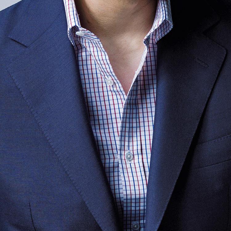 <strong>7.好感度の高いチェックは?</strong><br />いつもの紺スーツに変化をつけるなら、方眼紙のようなグラフチェックシャツもこの時期おすすめ。色数を絞った細い格子が、見た目すっきり好印象。柄シャツは脇汗が目立ちにくいという利点もある。