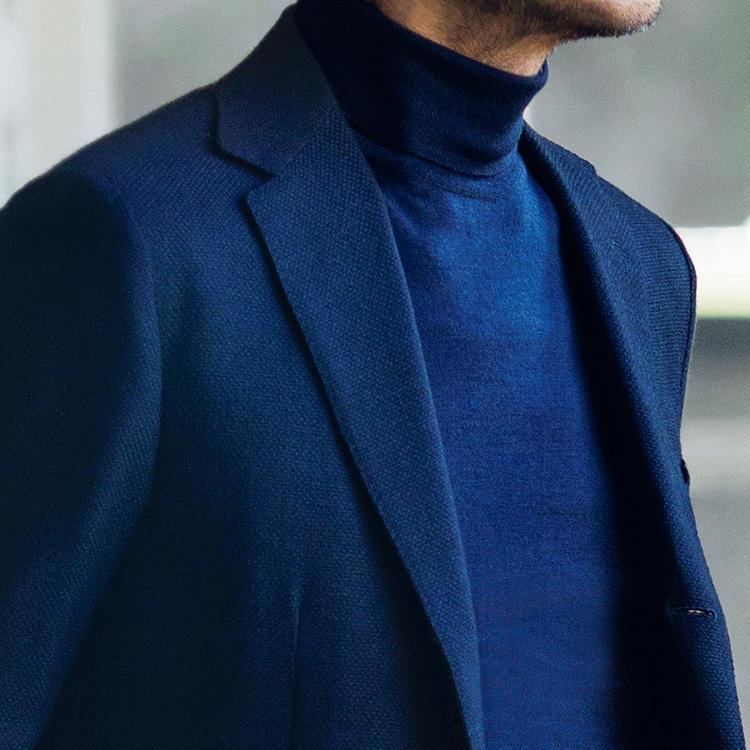 <strong>7位<br />休日、紺ブレを知的に見せるインナーは?</strong><br />休日に紺ブレを着るとき、ノータイでも知的に見えるインナーはどんなものがよいか? たとえば写真のようなハイゲージのタートルネックニットは、誰でも簡単に合わせられ、大人っぽく知的に見せられるアイテム。とくに紺ブレと同系色のネイビー系のニットを合わせると、ワントーンで渋くまとまり、落ち着いた印象にもなる。<small>(2019年10月号掲載)</small>