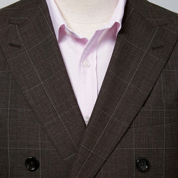 <strong>8.たまにはピンクシャツでイメチェン</strong><br />女子人気の高いピンクシャツは、淡いトーンを選べば職場にも馴染みやすく、かつ知的さも維持できる。意外にどんな色のジャケットとも合うのが、ピンクシャツのいいところでもある。