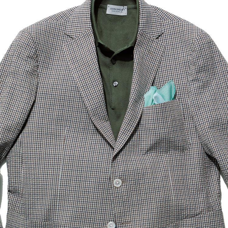 <strong>8位<br />「ジャケット×ポロシャツ」、大人っぽく見える合わせは?</strong><br />休日にジャケットをノータイで着る場合、リラックス感がありながら大人っぽくきれいめに見せるにはどうしたらよいか? たとえばガンクラブチェックだったら、中は無地でシンプルにまとめつつ、少し渋めの無地トーンを持ってきてみよう。黒、ネイビーなどの濃色なら無難にシックにまとまるが、写真のようにジャケットのチェックの色とリンクさせて少し落ち着きのあるカーキ色などを合わせるのも◎。ジャケットとポロシャツで色のグラデーションが絶妙に合い、シックでありながら洒脱な印象になる。<small>(2019年6月号掲載)</small>
