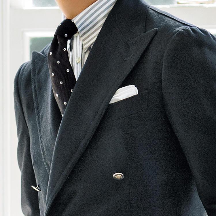 <strong>8位<br />ビジネスで黒ジャケット、どう着こなす?</strong><br />仕事での紺ジャケットに飽きたら、黒ジャケットにトライしてみるのはどうだろう。紺やグレー、茶などのベーシック色と比べるとビジネスシーンで取り入れにくいイメージはあるが、モノトーン系合わせがトレンドな今季、黒ジャケットをベースにした胸元も渋さがあって◎。中を白無地シャツや黒無地タイにしてしまうとフォーマル感が出がちなので、グレーを使ったストライプシャツや、黒ベースの小紋タイなどを合わせてみよう。落ち着いたモノトーンカラーで、かつトレンド感ある胸元にまとめることができる。<small>(2019年10月号掲載)</small>