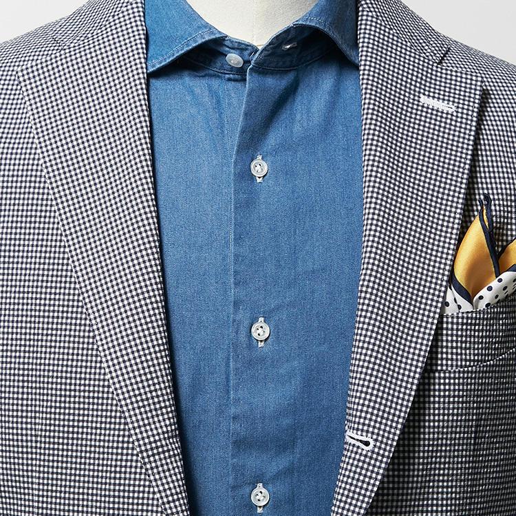 <strong>9.ゆるい職場ならシャンブレーもアリ</strong><br />夏場、お洒落な人がよく着ているシャンブレーシャツ。ニットタイも合うが、ノータイで着る場合はきちんと感のあるワイドな襟型を選んで、胸元を開けすぎないようにすれば、ビジネスシーンでも馴染みやすい。