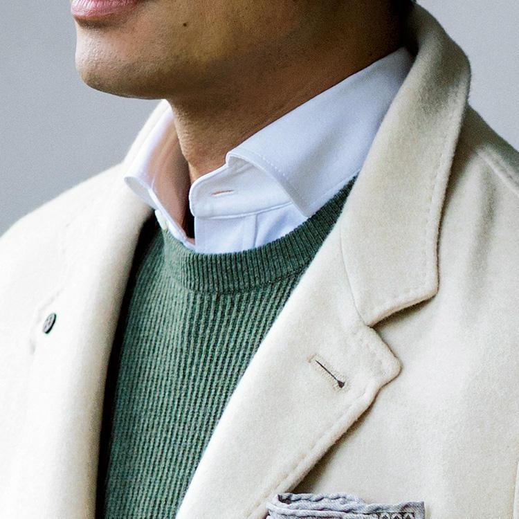 <strong>9位<br />休日ジャケット、ノータイでも上品に見せる色合わせは?</strong><br />休日のジャケットスタイル、ノータイでも上品に見せるには、どんな色合わせがよいか? 濃紺などのジャケットはカッチリした印象に見えるのに対し、写真のようなオフホワイトのジャケットは上品かつ、優しい印象に見せることができる。素材がカシミアなど上質なものなら、なおさらクラス感UP。クリーンにまとめるなら白シャツがよいが、ここにもう少し色気を出したいときは、淡色のカラーニットを足してみよう。エレガントな休日ジャケットスタイルが完成する。<small>(2019年10月号掲載)</small>
