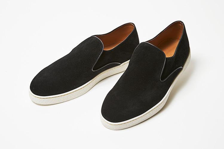 <strong>ジョン ロブ</strong><br />最高峰の本格靴を手掛ける、ジョンロブのスエードスリッポン。一枚革のアッパー、レザーソールエッジの美しい目付けなど、ジョン ロブのクオリティとディテールへのこだわりが感じられるスニーカーだ。カジュアルなシーンにも上質でエレガントなものを求めるエグゼクティブにぴったり。木型には、トウに適度なボリュームを備えつつも、スマートな印象を湛えるラスト「0318」を使用。13万円(伊勢丹新宿店)
