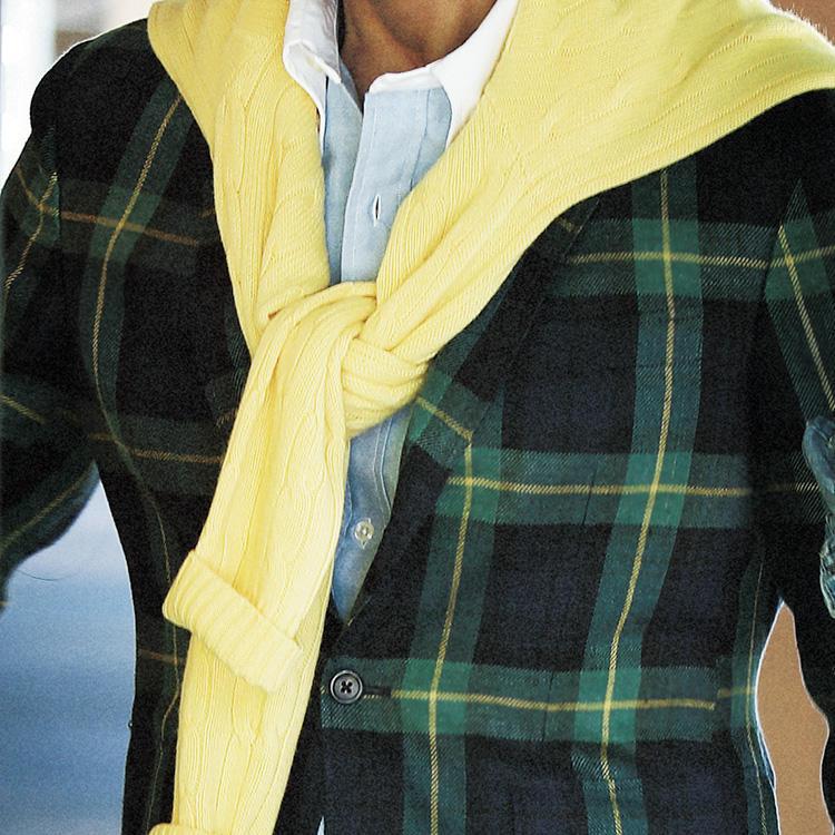 <strong>10.休日のノータイは?</strong><br />高原や避暑地のディナーなら、ジャケットを華やかな色柄に替えて休日らしさを楽しもう。夜は涼しくなることを想定して、コットンニットもあるとベター。その場合、ジャケットの柄色を拾えばコーディネートに統一感が出る。
