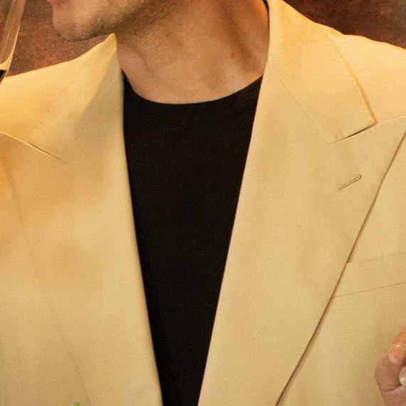 <strong>10位<br />休日ジャケットの中に着るなら、こんなニットが◎</strong><br />秋の休日ジャケット、柔らかな印象に見せるなら、ベージュやオフ白などの淡色を選んでみよう。ピークトラペルだと、なおエレガントで◎。中に合わせるニットは、ハイゲージのクルーネックでシンプルに。淡色同士だと少しぼやけた印象になりがちなので、黒ニットでコントラストをつけて引き締めよう。<small>(2019年9月号掲載)</small>