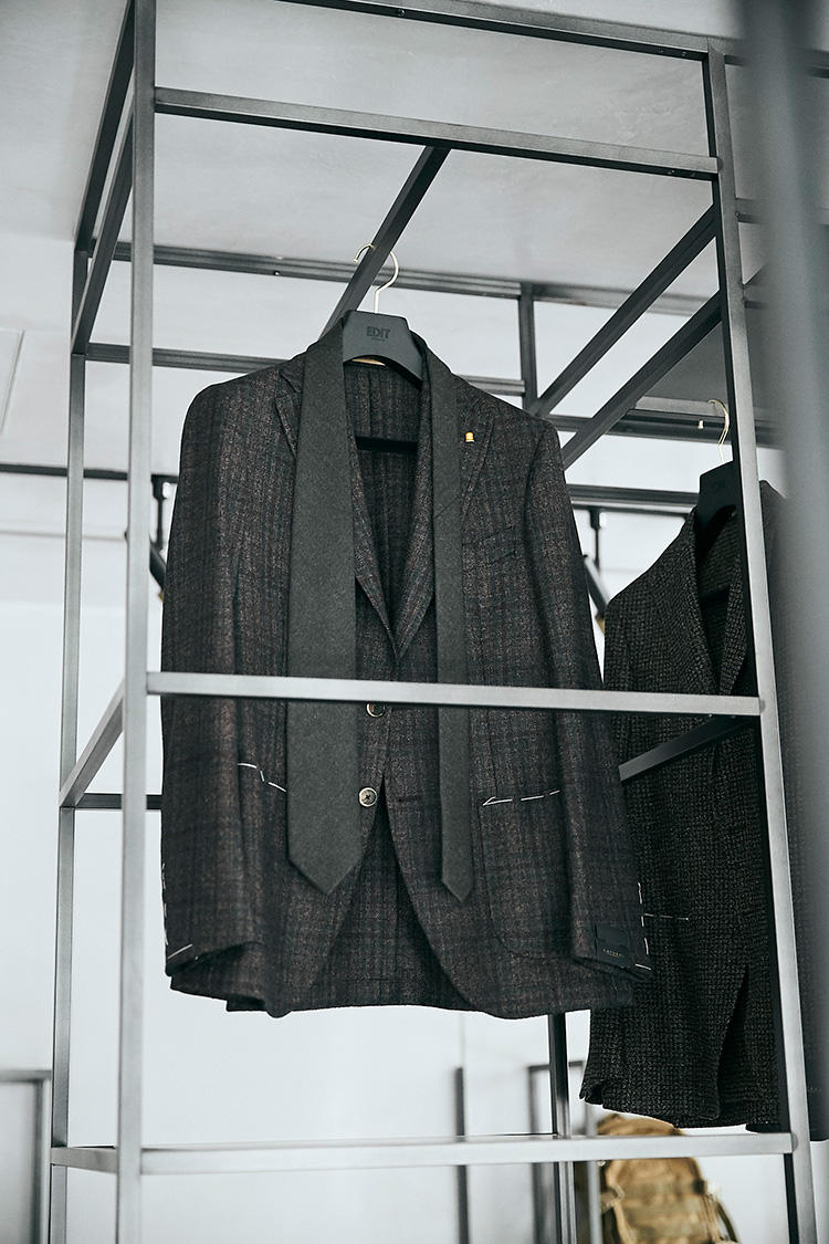 ラトーレのジャケット/9万2000円、ブリューワーのウールネクタイ/1万3000円