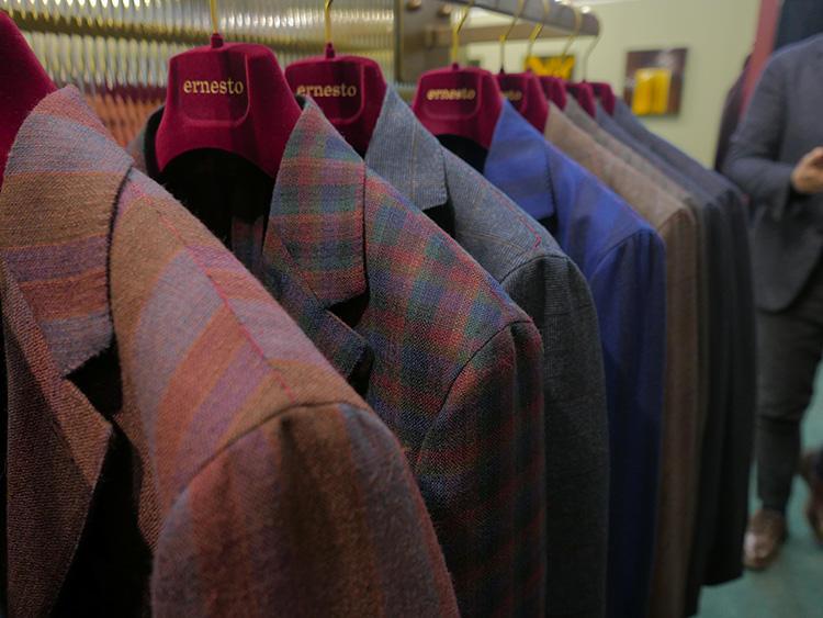 多色チェックも、全体のトーンが落ち着いているので派手すぎずに着られる。