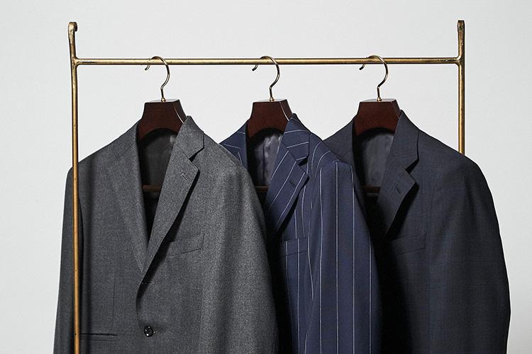 <strong>「スーツのモデルは3型から選ぼう」</strong><br />スーツはビジネスマンのあらゆるシーンに相応しいモデルとして、左から001(ネオクラシコ)、002(クラシコ)、003(ブリティッシュ)の3型が用意されている。