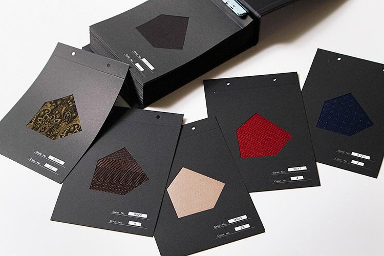 <strong>「ネクタイの生地はどれも無地で合わせやすい!」</strong><br />ネクタイの色柄生地を選ぶ。無地の織柄を中心に、単色のストライプや小紋、ペイズリーなど、コーディネートしやすいタイ生地が約50種類、揃っている。柄入りのものも、同色の織り柄なので、合わせやすいのが特徴。