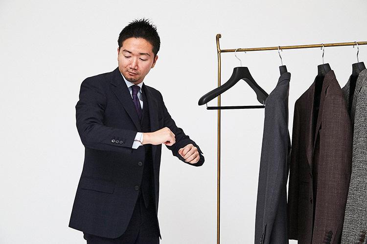 <strong>「まずはゲージを試着してみよう」</strong><br />オーダーサンプルとなるゲージ服を着て、スタイルとしてスーツのイメージを確認してみる。フィッティングについて、突っ張るところや緩いと感じるところなどもチェックしておけば、採寸時に調整してもらえる。