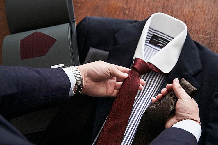 <strong>「英国調にはペイズリーを」</strong><br />ネクタイの生地は、合わせやすい単色のソリッドカラーを中心に揃えられている。ストライプやペイズリーなども同色織柄なので、柄色に左右されずコーディネートがしやすいのだ。
