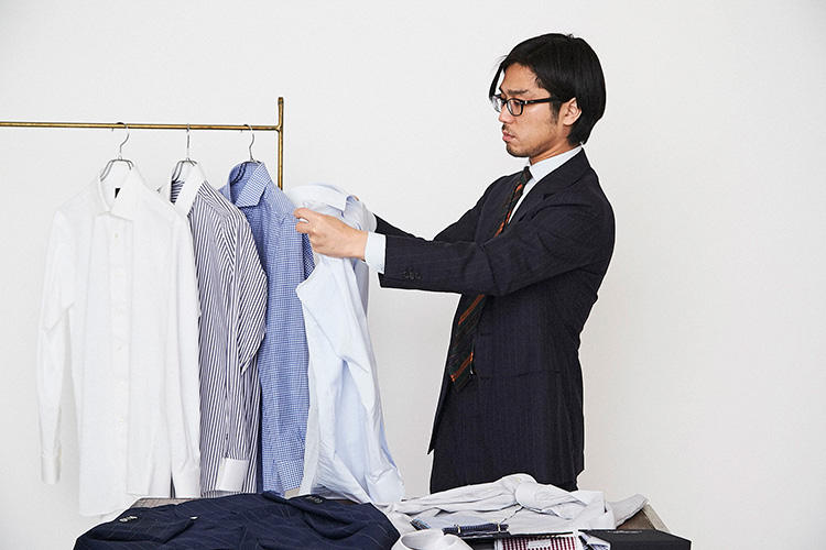 <strong>「やっぱりワイドカラーでしょ」</strong><br />襟型にワイドカラーを選んだのは、スーツのゴージが高めでVゾーンも狭いこと、そして何よりクラシックな雰囲気を感じさせるから。こちらもスーツと同じくゲージ服を着用して選ぶことができる。