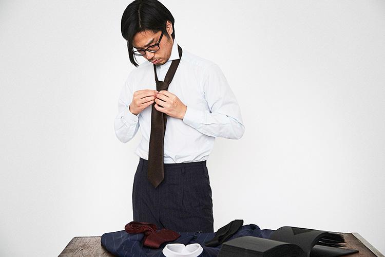 <strong>「剣先は8cmがちょうどいいかも」</strong><br />ワイドカラーのシャツとの相性も考慮して剣幅は8cm。ノットにボリュームがだせるセミボトルシルエットを選択。