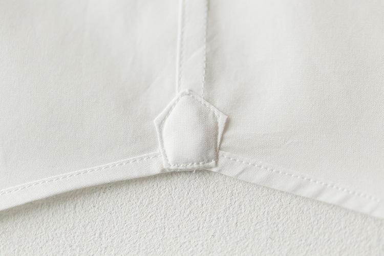 <strong>手作業で縫いつけられた裾ガゼット</strong><br />ガゼットとは、本来、前身頃と後ろ身頃を縫い合わせた脇裾部分を補強するためのもの。縫製技術が未熟な頃の名残とされる。これもカミチャニスタが伝統に敬意を払っている証。