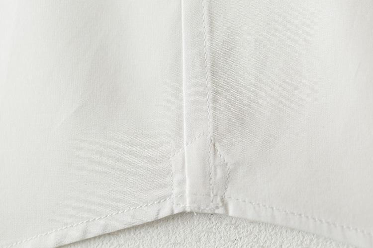 <strong>おり伏せ縫いも細やか</strong><br />前身頃と後ろ身頃の縫い目も、片側を内側に織り込んで細やかに縫っている。これも本格的なドレスシャツの証。