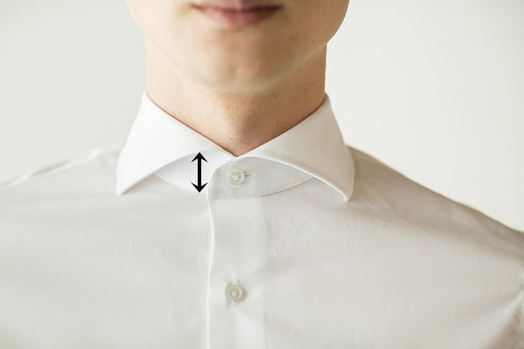 <strong>色気を醸す高めの前台襟</strong><br />シャツの台襟が高めなデザインは、南イタリアのシャツの雰囲気。男っぽく色気があるとともに、タイのノットの納まりがよいとされる。これもイタリアシャツへのリスペクトが表れている。