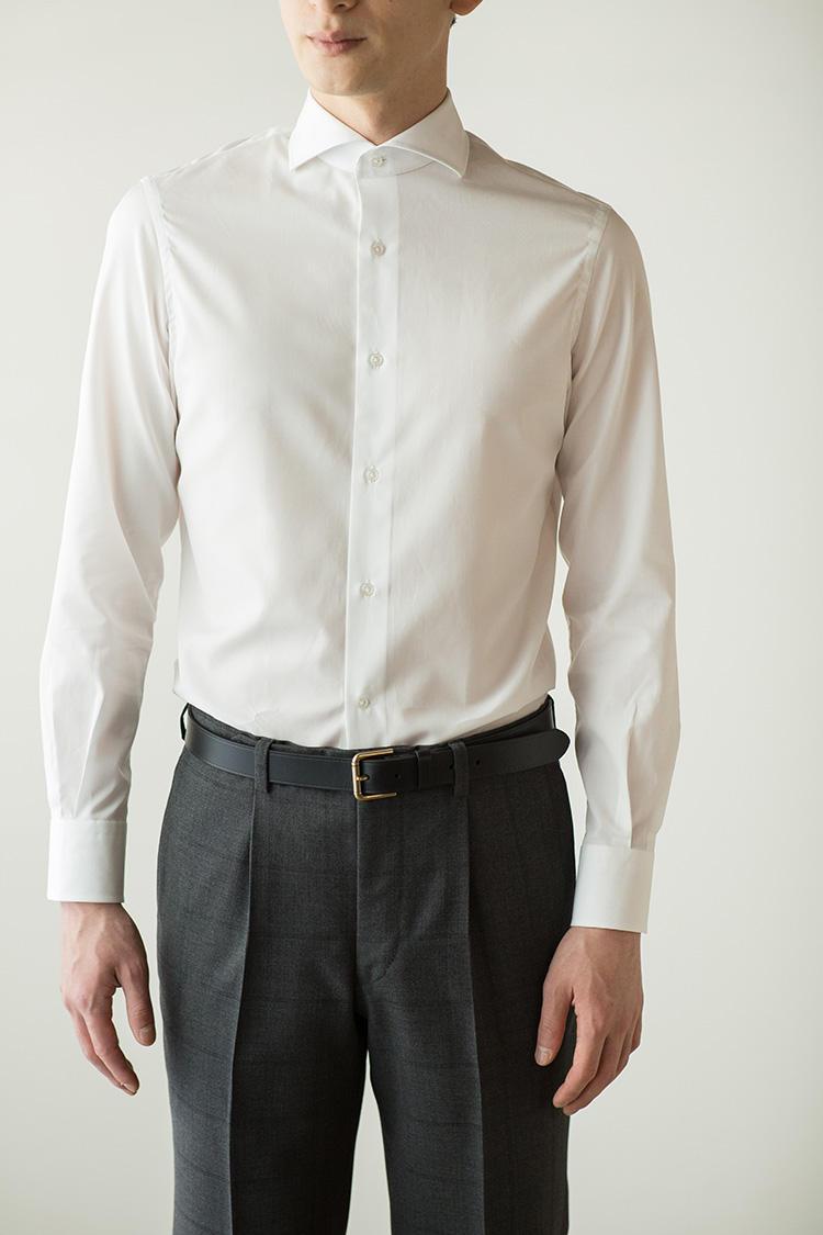 <strong>シワのよらないスリムなシルエット</strong><br />既製品シャツとしてサイズをキープしながらも細身の部類。このためVゾーンに余計なしわが入りにくく、胸元がすっきりするため、スーツやジャケットを引き立てるのだ。