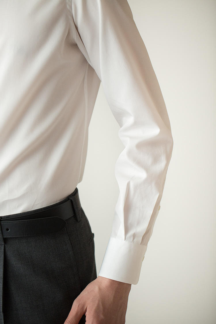 <strong>ゴワつかない細身のスリーブ</strong><br />シャツのスリーブ(袖)も細身に設定されている。ジャケットの袖中がゴワついたり、袖がへんに上がってきたりといった不都合を解消すると同時に、シャツ一枚の姿のときもスタイリッシュな印象を醸す。
