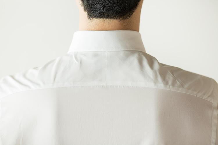 <strong>背中が突っ張らないスプリットヨーク</strong><br />背ヨークはセンターで2つに割ったスプリット仕様。生地目を振り分け、縫い分けることで背中部分のつっぱりや、左右肩の動きを良くするなど、細かな配慮がされていることがわかる箇所だ。