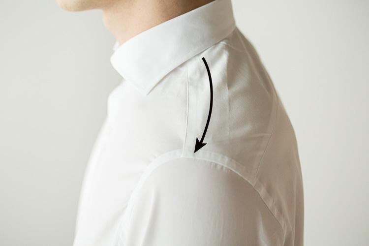 <strong>前肩のショルダーライン</strong><br />日本人の体型に多い前肩。カミチャニスタのシャツは、デザインやディテールはイタリアを標榜しながら、型紙は日本人の体型に相応しいものを研究してつくられているため、ショルダーラインには前肩を意識して作られている。