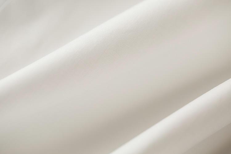 <strong>素肌に心地よいブロードクロス</strong><br />「シャツは素肌に着るもの」というイタリア的な考え方のもとで、素材選びには一家言あり。こちらの白シャツは高密度で滑らかな140番双糸ブロードが使われている。肌当たりもサラリと心地良い。