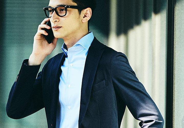 <strong>【ON】</strong><br />第2ボタンを高い位置に設定しているためノータイでも襟羽根が開かず、襟元が立ち上がってエレガントなまま。ジャケットを羽織ったときも襟羽根の納まりがよく、上品に着こなせる。シャツ5000円、ジャケット2万円/以上カミチャニスタ その他すべてストラスブルゴ