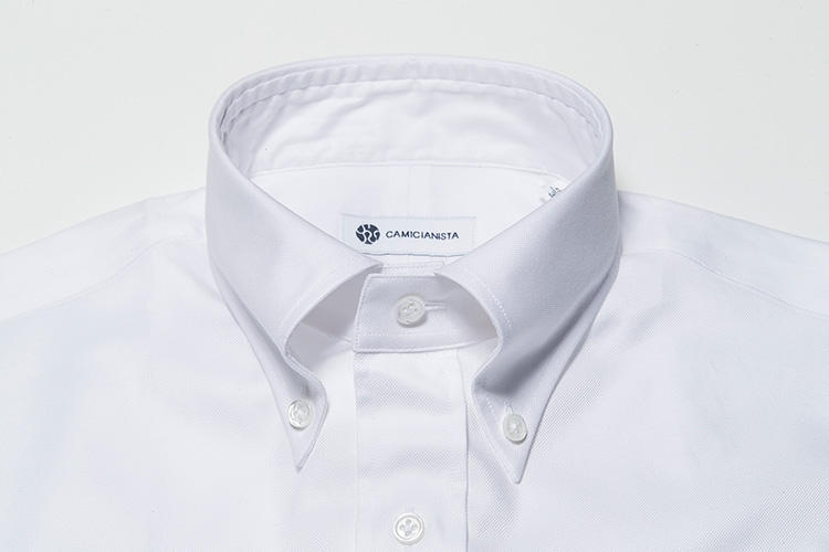 <strong>【BDカラー】</strong><br />アメリカントラッドの定番襟型。タイを外して襟元のボタンを外しても襟羽根が広がらず立ち上がっているため、ビジネスエレガンスを損ねないことからクールビズ用シャツとしても人気が高い。